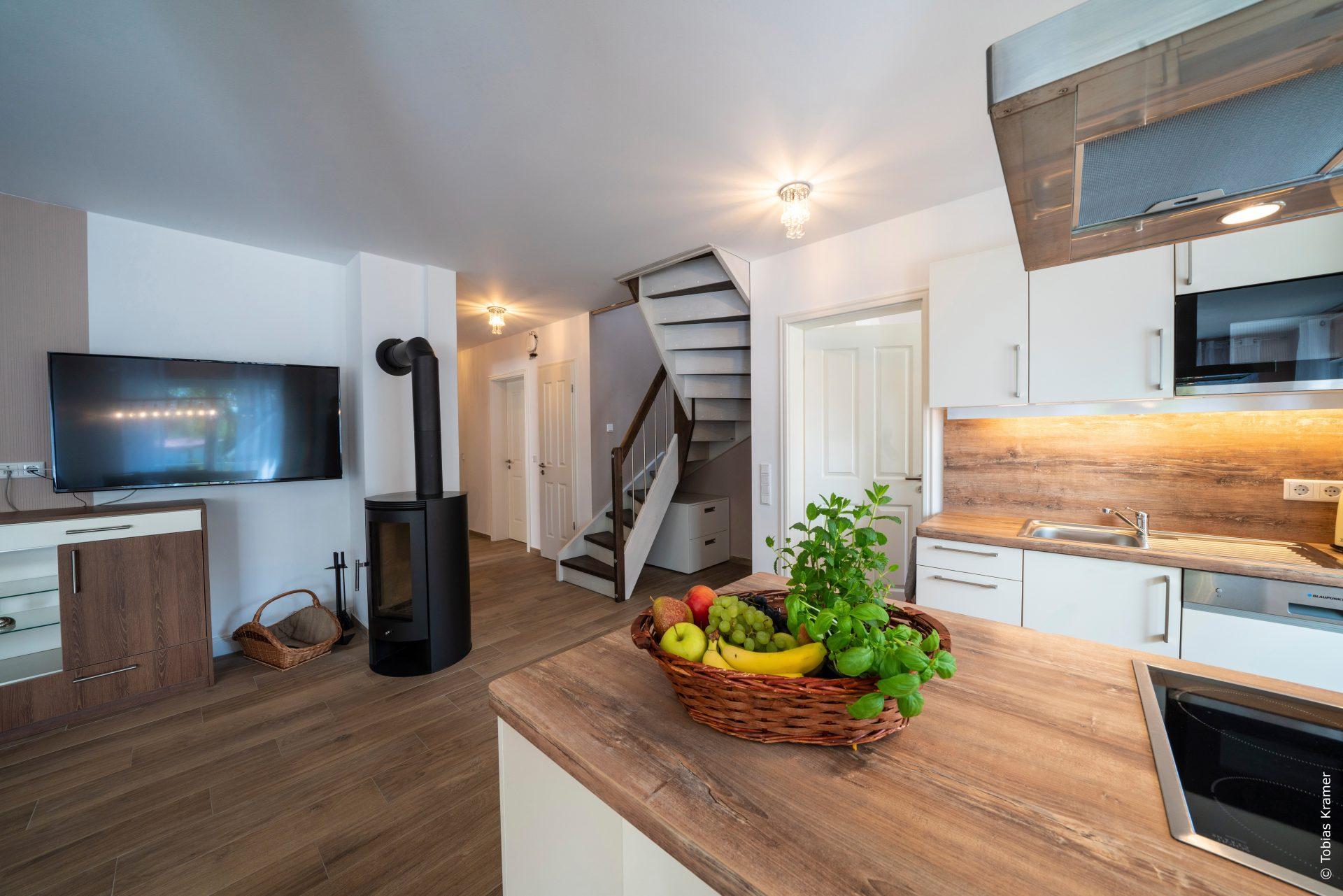 Wohnzimmer mit Kamin und TV