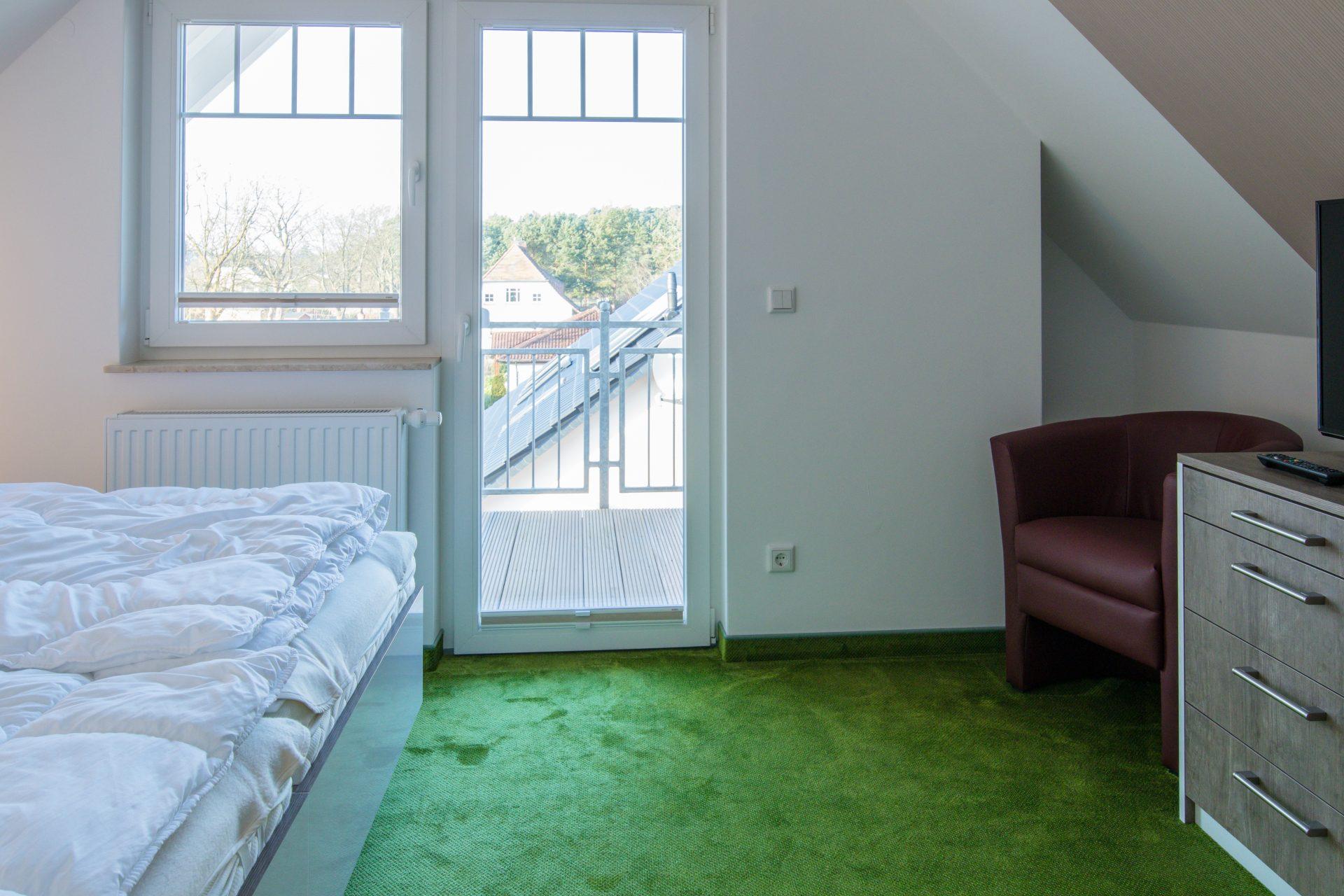 Schlafzimmer im Dachgeschoss mit eigenem Balkon
