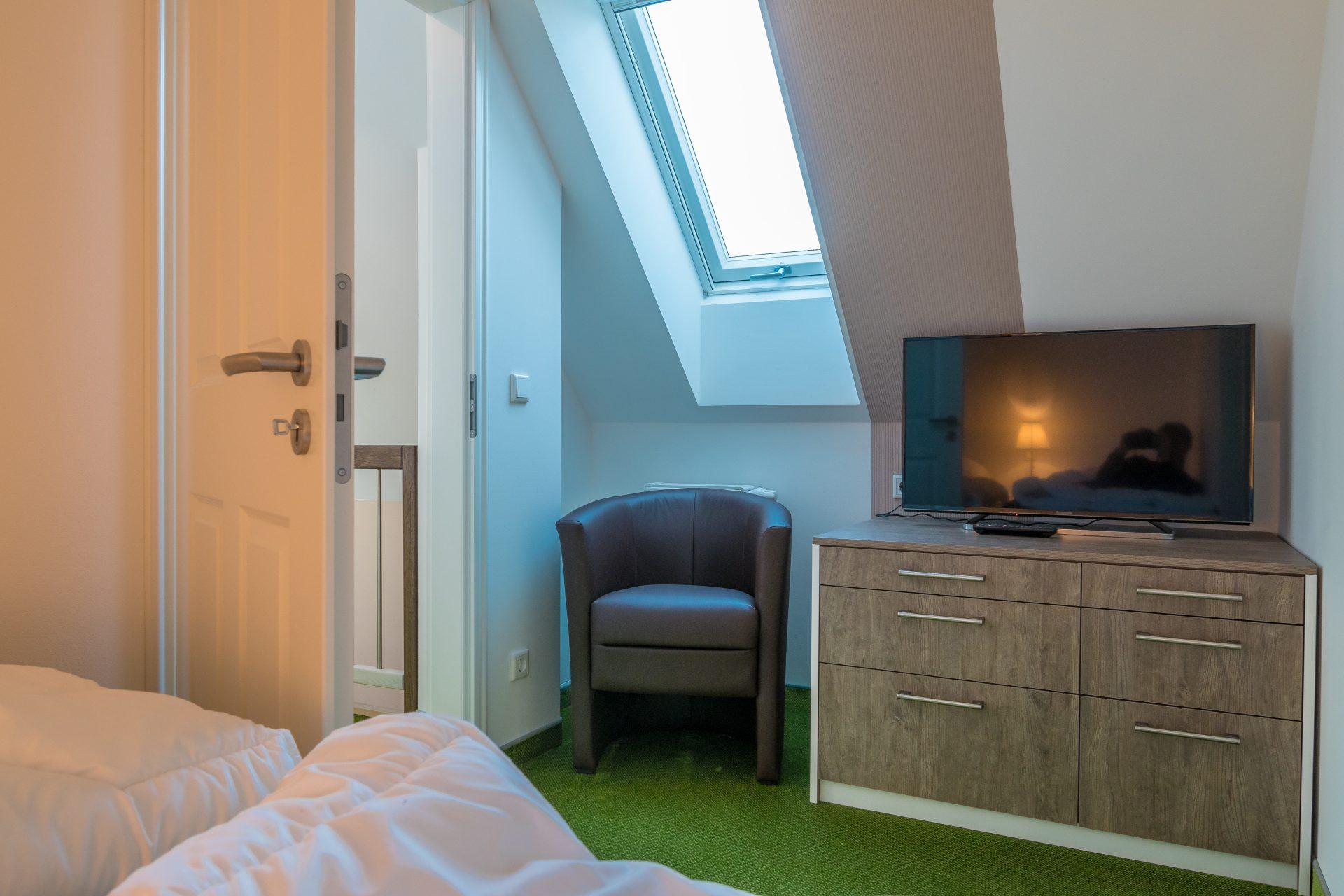 kleines Schlafzimer mit 2 Einzelbetten und TV
