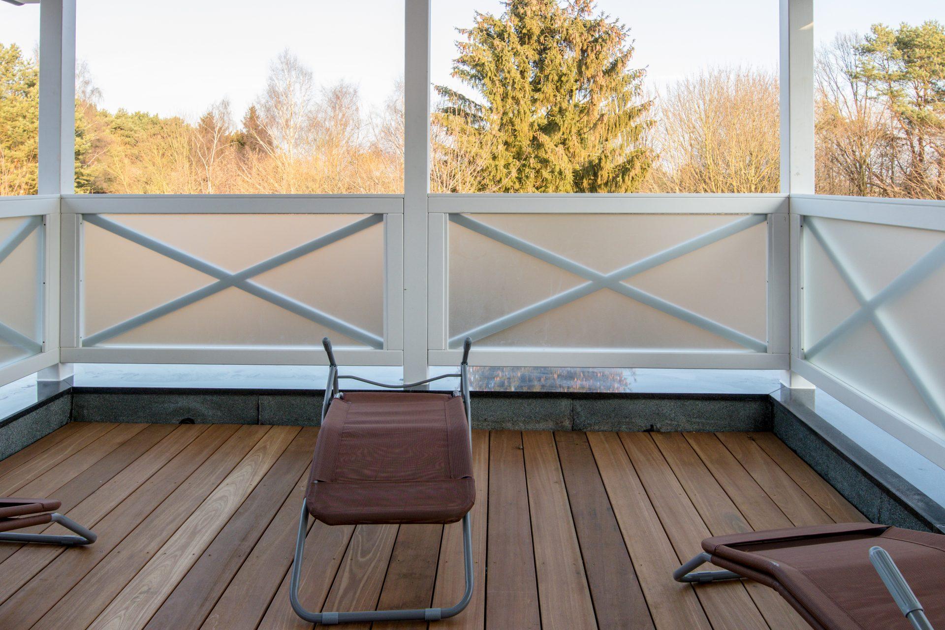 ruhiger Balkon des Sauna-Wellnessbereichs