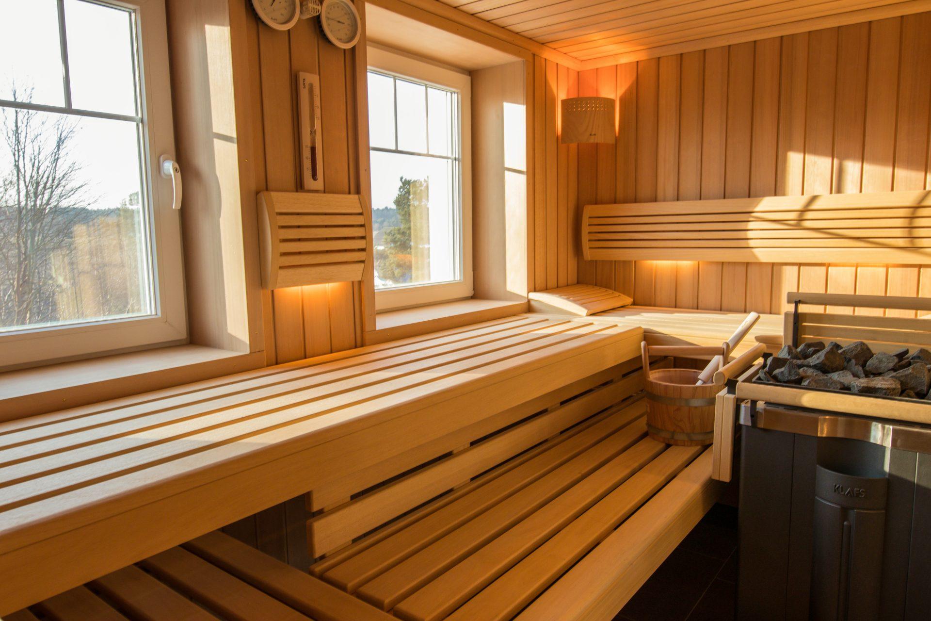 große Sauna mit Fenstern