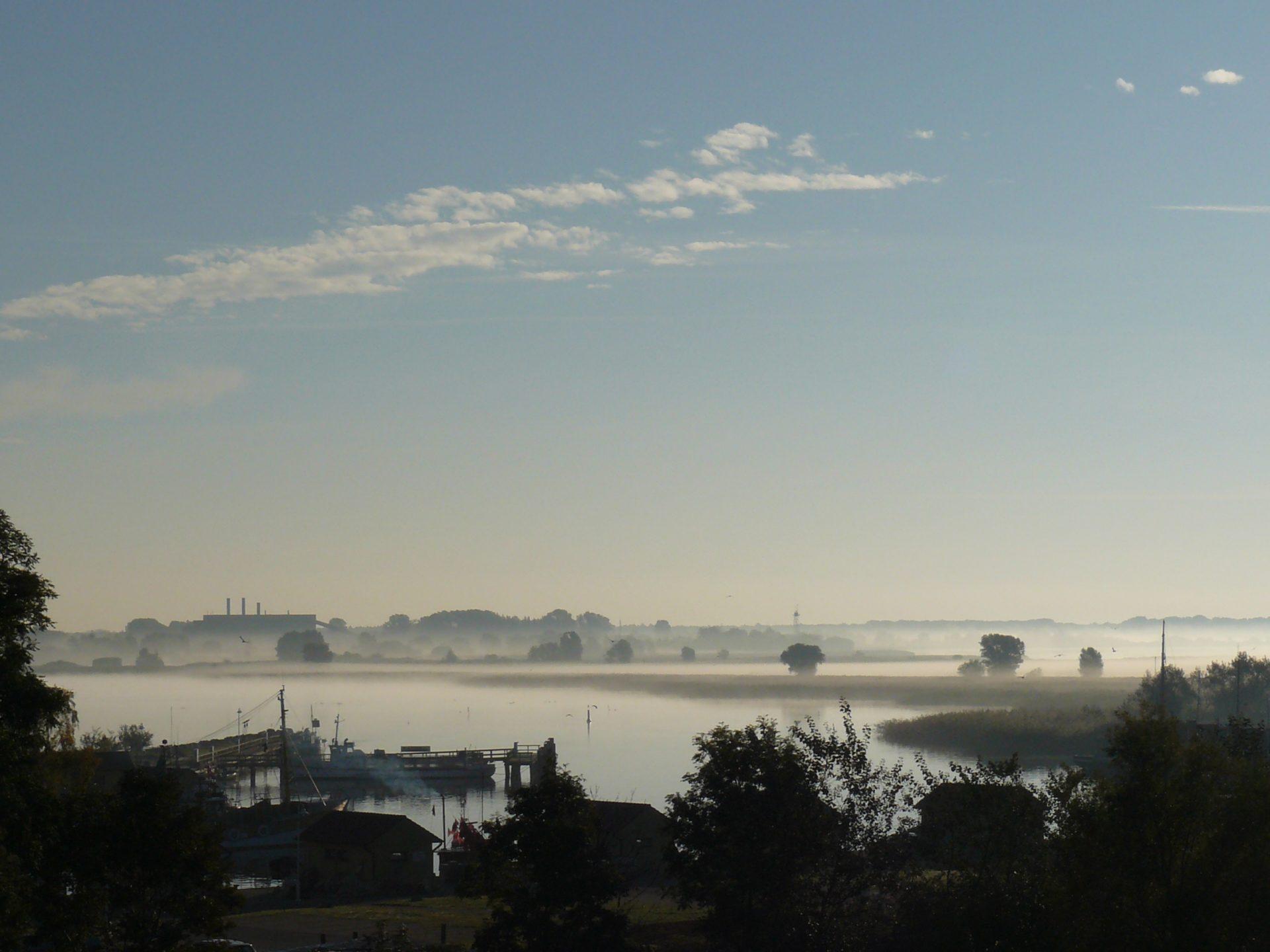 Nabel am Hafen Freest mit Blick auf Peenemünde im November