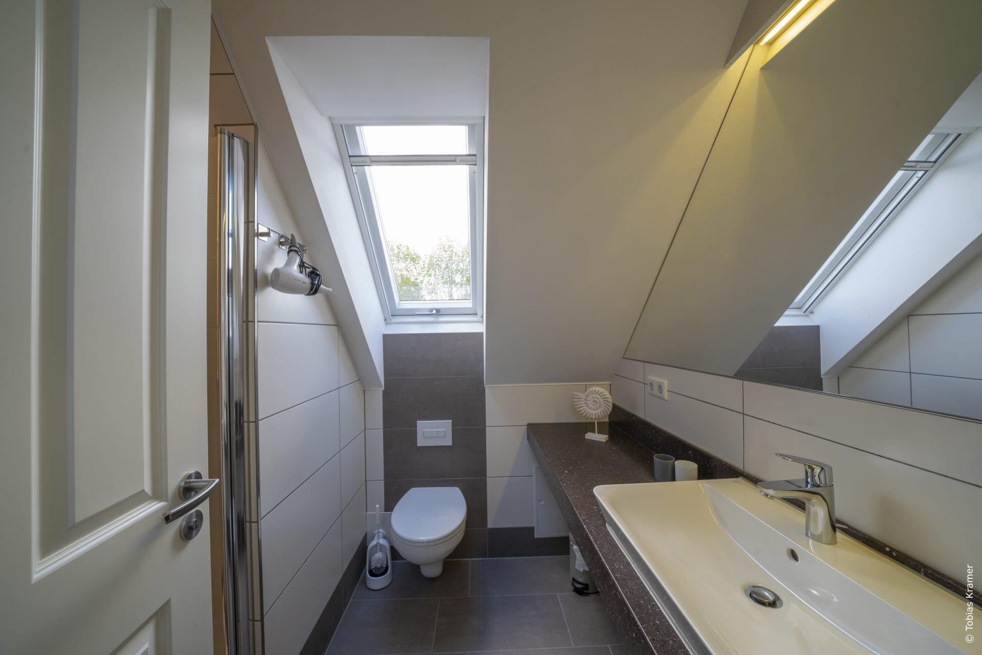 Bad mit Dusche im Dachgeschoss